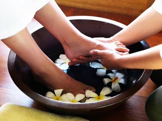 Ngâm chân trong nước muối có khả năng bổ thận, kháng lão.(Ảnh: Internet)