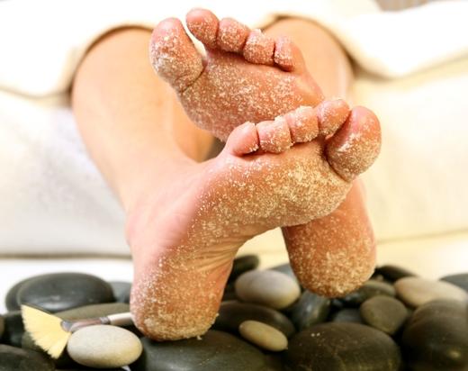 Muối giúp loại tế bào chết và làm sạch đôi chân của bạn.(Ảnh: Internet)