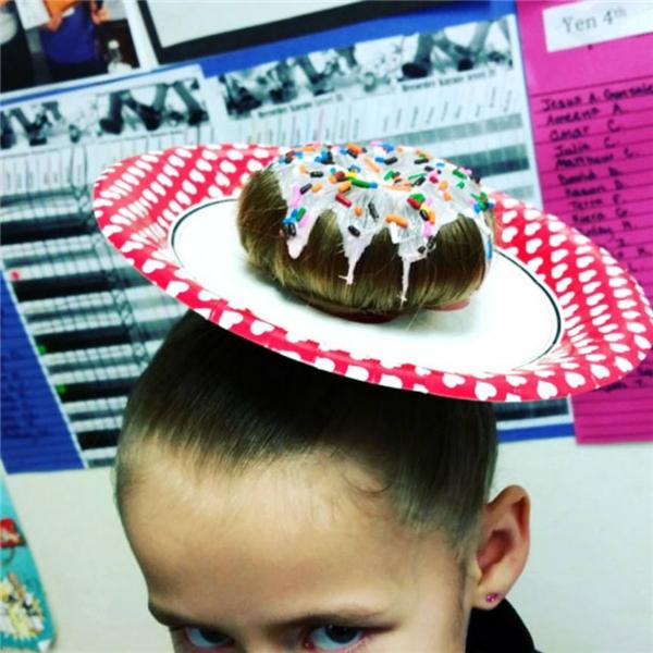 Chỉ thay thun cột tóc bằng chiếc dĩa, bạn nhỏ đã có một quả đầu không thể ấn tượng hơn. (Ảnh: Internet)