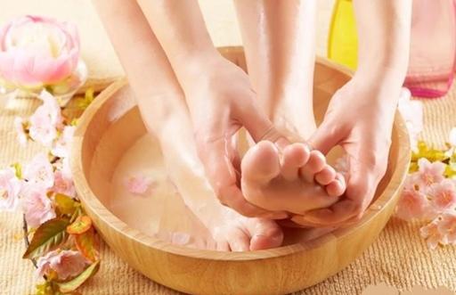 Nên xoa bóp chân trong lúc ngâm nước muối để kích thích tuần hoàn máu lưu thông.(Ảnh: Internet)