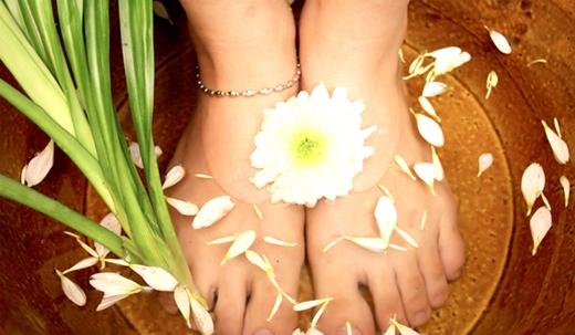 Không chỉ giúp hạ nhiệt, ngâm chân trong nước muối còn khiến tâm trạng bạn thoải mái hơn.(Ảnh: Internet)