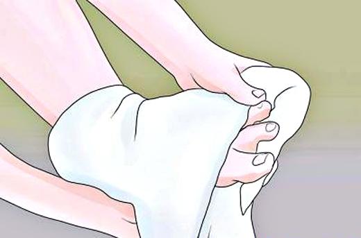 Nên dùng khăn khô lau sạch chân sau khi ngâm xong.(Ảnh: Internet)