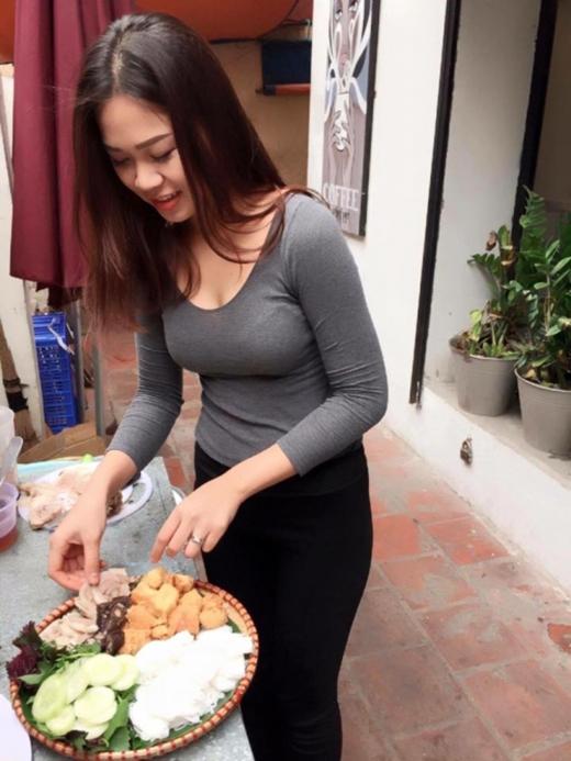 Phát sốt với cô chủ quán bún đậu chuẩn hot girl tại Hà Nội