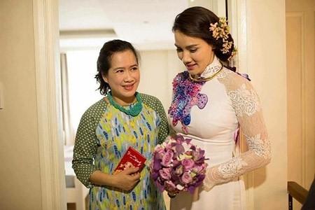 Bà Thu Huệ và Trang Nhung trong lễ ăn hỏi. - Tin sao Viet - Tin tuc sao Viet - Scandal sao Viet - Tin tuc cua Sao - Tin cua Sao