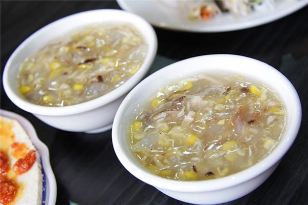 Những bát súp gà thơm lừng chỉ có giá dao động từ 10.000 đến 20.000 đồng. (Ảnh: Internet)