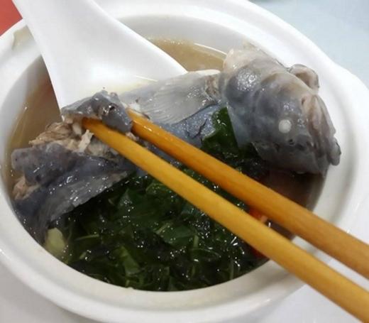 Súp cá bớp lá lốt thì ít phổ biến hơn, nếu muốn nếm thử món ăn bổ dưỡng này, nhớ tìm đến phố Văn Cao nhé. (Ảnh: Internet)