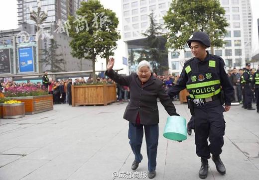 Cảnh sát dẫn cụ lên mua vé trước trong tiếng reo hò cổ vũ của rất đông những người đang đợi tới lượt mình.(Ảnh:sydneytoday)