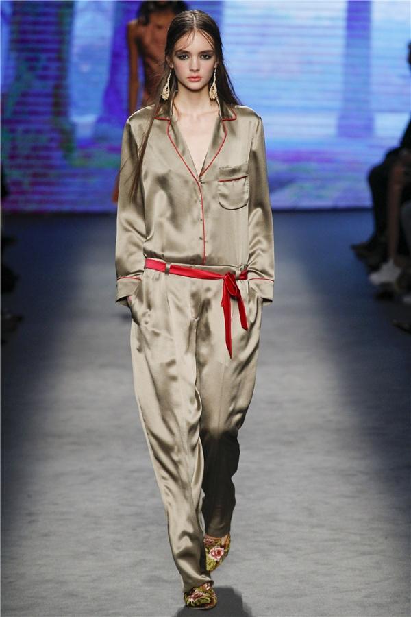 Mốt pijama tiếp tục được thương hiệu hàng đầu tại Milan khai thác nhưng với những đường nét cách điệu mới lạ hơn trên phom váy bút chì, áo peplum, jumpsuit…