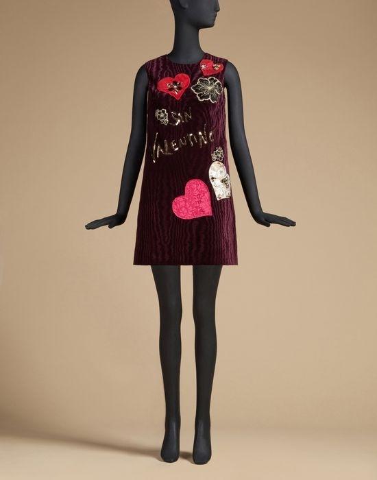 """Trước đó, trong mùa Valentine, Dolce and Gabbana cũng """"đụng"""" ý tưởng với nhà thiết kế Đỗ Mạnh Cường khi cùng sử dụng họa tiết trái tim làm nguồn cảm hứng. Và dĩ nhiên, sản phẩm của nhà thiết kế gốc Hà thành vẫn đủ khiến giới mộ điệu thời trang nước nhà cảm thấy tự hào khi đặt cạnh một thương hiệu quốc tế."""