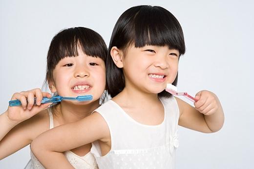 Trẻ emhay dễ bị trúng độc do nuốt phải kem đánh răng. (Ảnh: Internet)