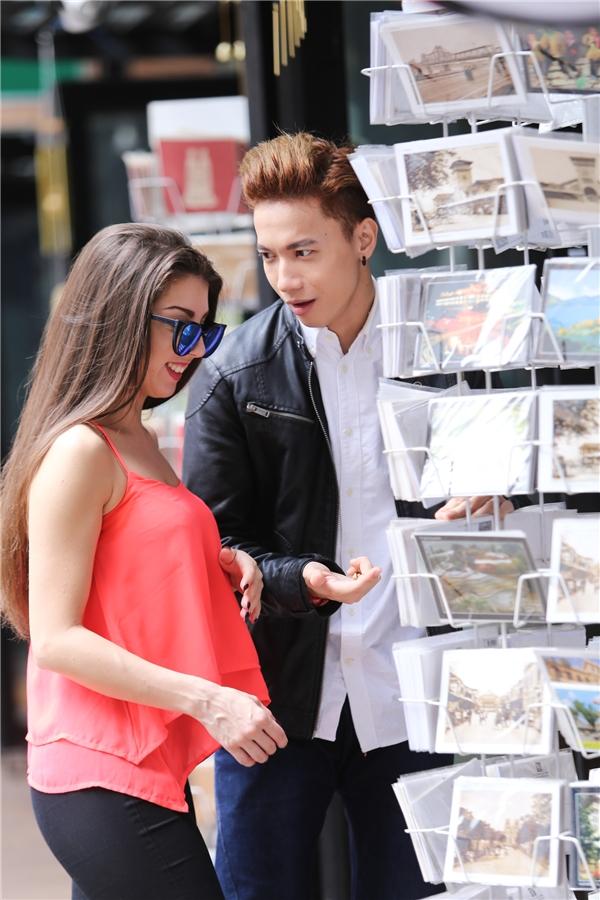 Cả hai cùng nán lại để lựa những tấm bưu thiếp có in hình những địa danh nổi tiếng ở Sài Gòn. - Tin sao Viet - Tin tuc sao Viet - Scandal sao Viet - Tin tuc cua Sao - Tin cua Sao