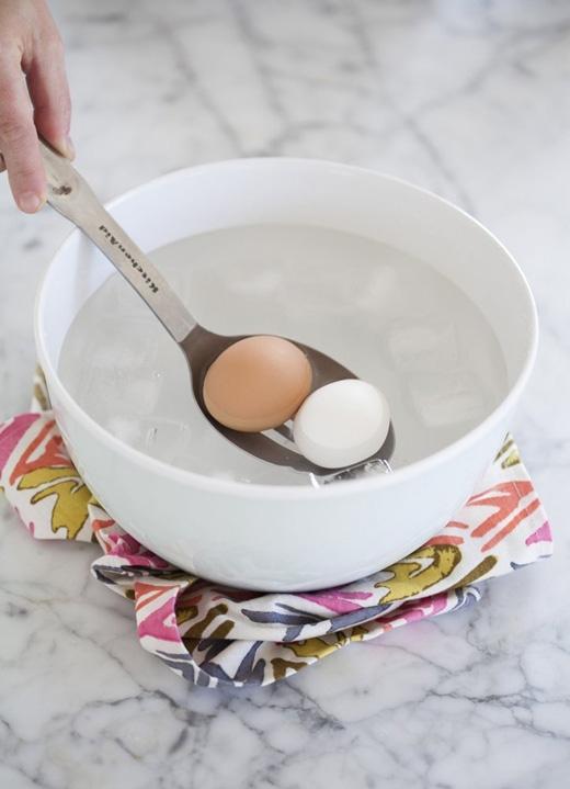 Cho trứng vào một tô nước đá rồi ngâm khoảng 1 phút. (Ảnh: thekitchn)