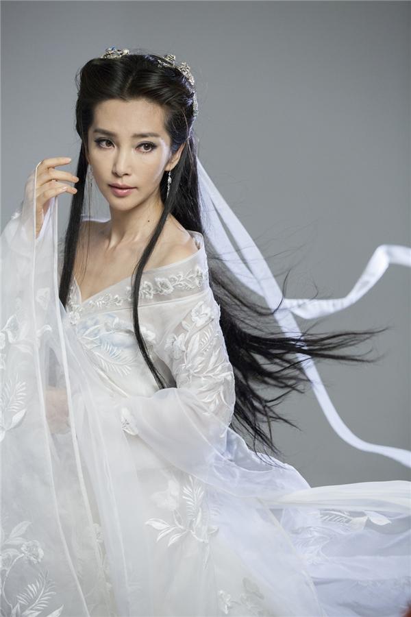 Lý Băng Băng trẻ trung và xinh đẹp khi trong bộ váy trắng đầy khí chất thần tiên. Khó có thể ngờ được cô đã hơn 40 tuổi khi thực hiện bộ ảnh này.