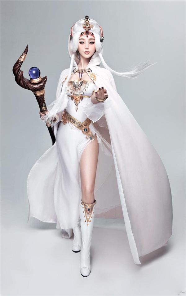 Nữ hoàng nhan sắc Phạm Băng Băng vẫn cực kìxinh đẹp với bộ tóc trắng cực kỳ kén da. Trang phục và cách trang điểm giúp cô giống hệt nữ thần của phương Tây.