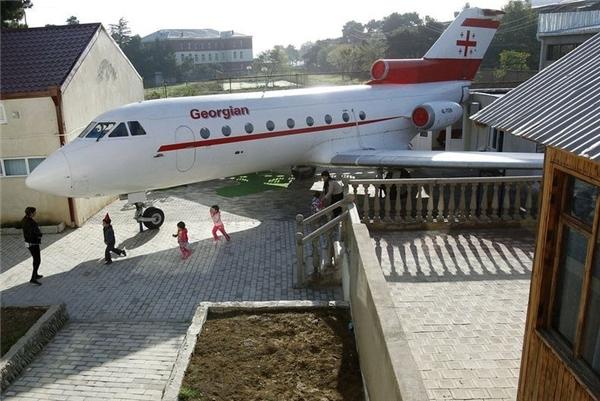 Chiếc máy bay cũ được sơn mới lại, biến thành một phòng học độc nhất vô nhị.(Ảnh: Internet)