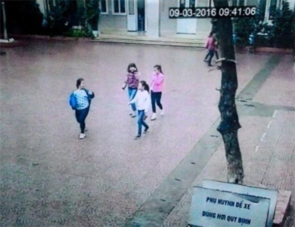 Hình ảnh 4 bé gái rủ nhau trốn học được ghi lại qua camera của trường. (Ảnh: Internet)