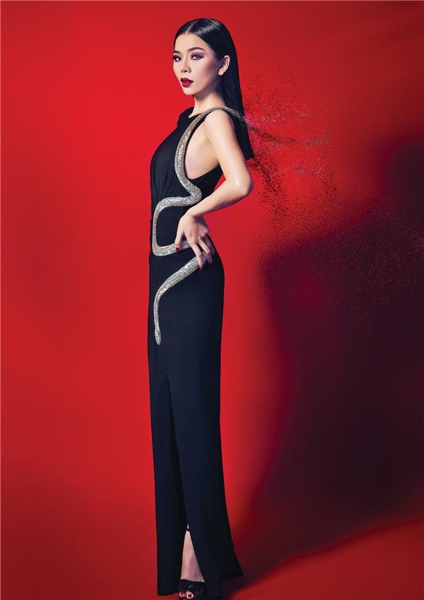 Cùng với nhiếp ảnh gia TangTang, chuyên gia trang điểm Hồ Khanh, Lệ Quyên trở nên lộng lẫy hơn bao giờ hết với những đường nét ấn tượng trên gương mặt, sự quyến rũ của đường cong trên cơ thể và thần thái rực rỡ của một nữ nghệ sĩở đỉnh cao sự nghiệp. - Tin sao Viet - Tin tuc sao Viet - Scandal sao Viet - Tin tuc cua Sao - Tin cua Sao