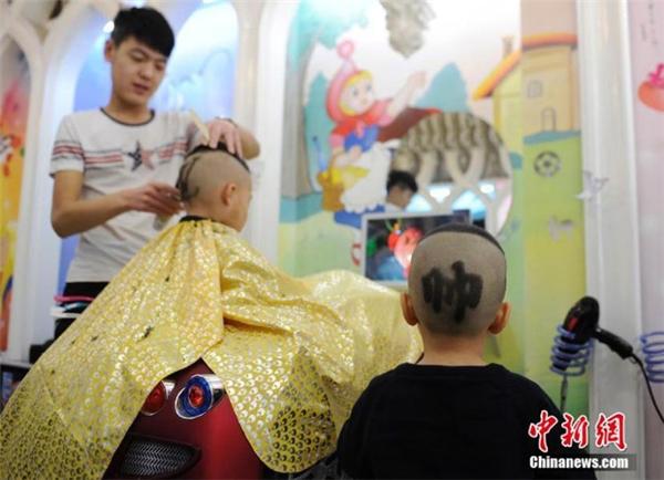 Kiểu tóc mới độc đáo của các bé trai.(Ảnh: Chinanews)