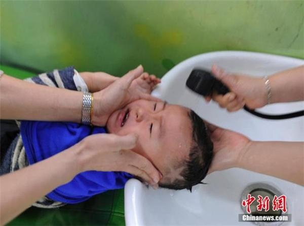 Trời xanh có mắt hãy nhìn xuống mà xem cháu đang bị hành hạđây này...(Ảnh: Chinanews)