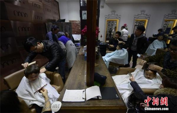 Lễ hội Longtaitou cũng là dịp để các bé được một trận tốn nước mắt đã đời.(Ảnh: Chinanews)