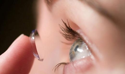 Nhiều loại vi khuẩn bám trongkính áp tròng có khả năng gây hại đến đôi mắt của bạn.(Ảnh: Internet)