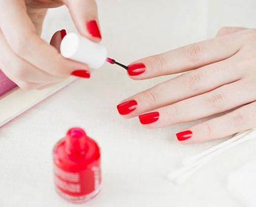 Nhiều loại vi khuẩn sẽ theo sơn móng tay bám vào kẽ tay của bạn.(Ảnh: Internet)