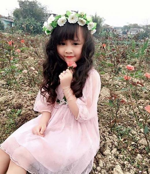 Với kiểu mái thưa, tóc xoăn nhẹ cùng hoa đội đầu, cô bé trông như một nàng công chúa.