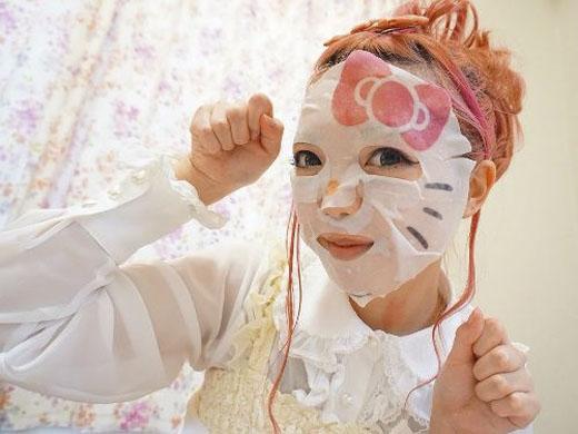 Mặt nạ giấy hình Hello Kitty không khiến chị em trở nên dễ thương hơn