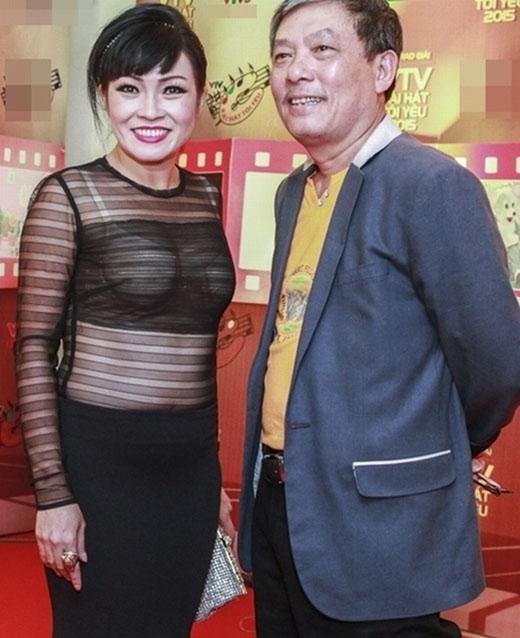 Thiết kế áo xuyên thấu mà Phương Thanh mặc không chỉ thiếu tinh tế khi kết hợp với áo bra sáng màu bên trong mà còn lộ rõ nhược điểm vòng 2 ngấn mỡ.