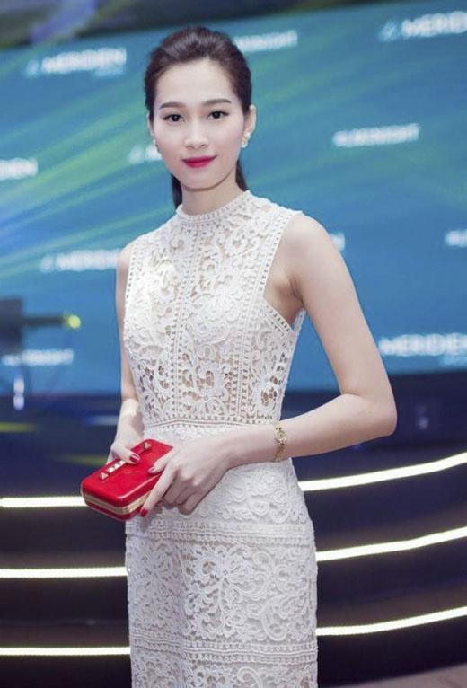 Khéo léo phối nội y đồng màu với bộ váy ren hoa quyến rũ, hoa hậu Thu Thảo vẫn giữ được vẻ đẹp gợi cảm rất chừng mực, ý tứ.