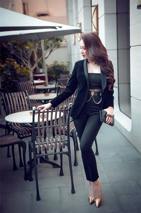 Vest nhung gần như trở thành xu hướng được ưa chuộng trong thời gian gần đây. Angela Phương Trinh cũng sở hữu một thiết kế đẹp mắt trên nền chất liệu khá độc đáo này. Nữ diễn viên xinh đẹp khéo léo phối áo vest cùng jumpsuit ôm sát cơ thể. Điểm nhấn được tạo nên bằng chi tiết cut-out kết hợp lưới ngay thắt eo.