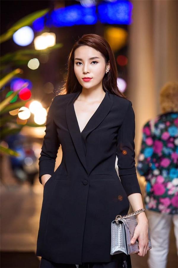 Chiếc áo vest mà Kỳ Duyên diện lại gây ấn tượng nhờ phần tạo phom lạ mắt gần giống như váy. Điểm 10 hoàn hảo dành cho Hoa hậu Việt Nam 2014 khi cô chọn phối cùng dáng quần ống loe lạ mắt.