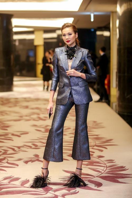 Thanh Hằng là một trong những mĩ nhân chuộng vest bậc nhất của showbiz Việt. Trên thảm đỏ một sự kiện đầu năm, siêu mẫu danh tiếng khiến người đối diện khó rời mắt bởi chiếc áo vest được xẻ ngực sâu hun hút của Lâm Gia Khang. Thiết kế được thực hiện trên nền vải ánh kim càng làm tăng thêm sự thu hút.