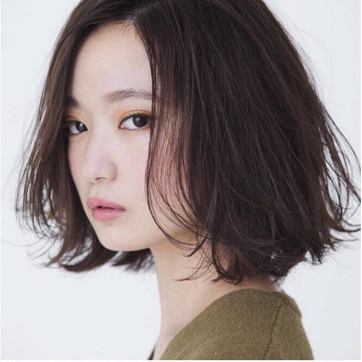 Tóc bob khiến bạn trông cá tính và mạnh mẽ hơn. Thỉnh thoảng những sợ tóc lững lờ ngang cầm được gió thổi đan rối trước mặt và dính vào hai bên má khiến bạn trông thật quyến rũ. (Ảnh: Internet) Không chỉ giúp gương mặt thon gọn hơn, kiểu tóc này còn khắc phục được nhược điểm cổ ngắn cho các cô gái. (Ảnh: Internet) Ép sát phần chân tóc vào cằm để tạo hiệu ứng mặt V-line. (Ảnh: Internet) Cực ngầu và cực chất với kiểu tóc bob ngắn hết cỡ như thế này. (Ảnh: Internet)