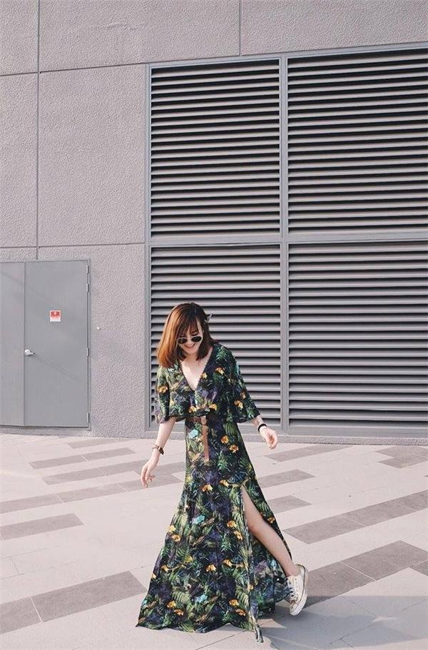 Yến Nhi cũng không hề kém cạnh cô chị với loạt họa tiết cầu kì, bắt mắt. Đây cũng là xu hướng chủ đạo trong trang phục của mùa Xuân - Hè. Một lưu ý nhỏ cho các cô gái, nên chọn những trang phục có tỉ lệ màu và độ sáng - tối cân bằng, tránh tạo cảm giác chóe mắt. Và đặc biệt, hãy sử dụng phụ kiện đi kèm một cách thông minh.