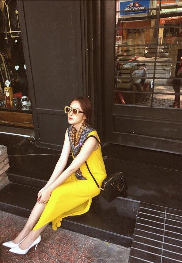 Bộ váy phom suông của Angela Phương Trinh được tạo điểm nhấn bằng đường xẻ tà sâu hút cùng phần khăn lụa được thắt khéo léo. Sắc vàng trầm ấm, ngọt ngào như thu trọn của không gian mùa Xuân - Hè tươi vui.