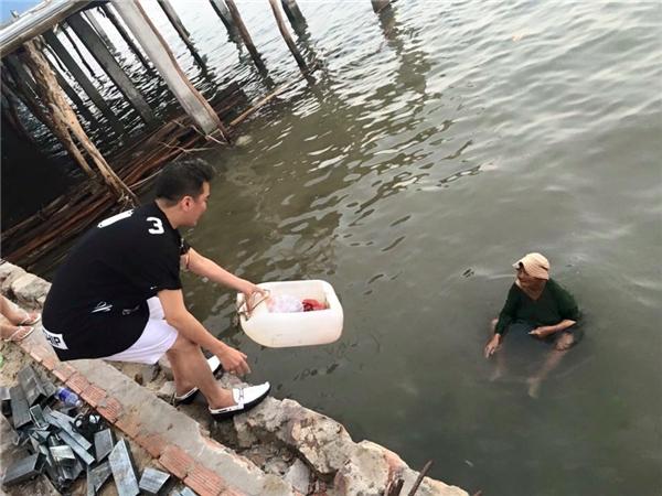 Anh đề nghị bà bán lại cho mình số hải sản vừa bắt được với mức giá gấp 100 lần. - Tin sao Viet - Tin tuc sao Viet - Scandal sao Viet - Tin tuc cua Sao - Tin cua Sao