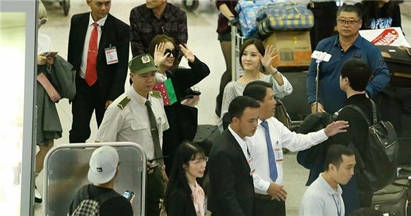 Hyomin và Jiyeon vui vẻ vẫy tay chào người hâm mộtại sân bay