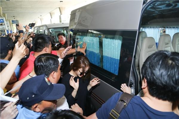 Jiyeon khó khăn để có thể di chuyển vào xe