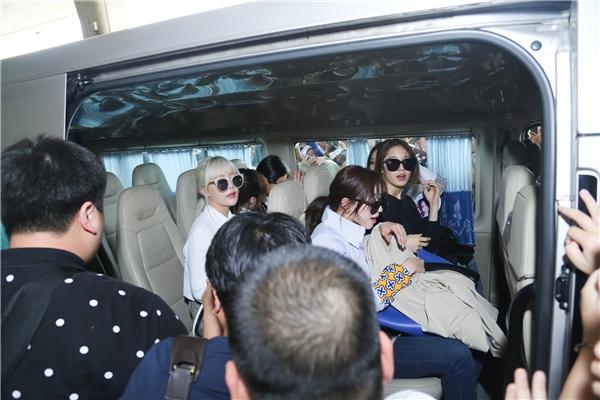 Các cô gái được lực lượng bảo vệ đưa vào xe riêng của BTC.