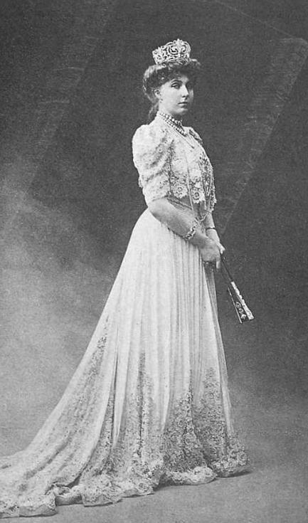 Nữ hoàng Victoria Eugenie Battenberg (1887 - 1969) là nữ hoàng của Tây Ban Nha - vợ vua Alfonso XIII. Bà là cháu gái của Nữ hoàng Victoria và là chị em họ của nhiều nhân vật quan trọng trong các gia đình hoàng tộc khác như vua George V (Vương quốc Anh), Nữ hoàng Maud (Na Uy), Hoàng hậu Alexandra Feodorovna (Nga), Hoàng hậu Marie (Romania), Hoàng đế Wilhelm II (Đức) và Hoàng hậu Sophia (Hy Lạp).(Ảnh: Internet)