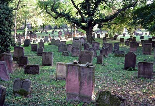 """Nhiều người cho rằng nếu bạn đi xe qua một nghĩa địa nào đó, tốt nhất là nên nín thở hoặc thở nhẹ nhàng. Bởi nếu không, các linh hồn vất vưởng không được siêu thoát sẽ chực chờ để """"nhập"""" vào cơ thể bạn thông qua... mũi và làm hại bạn. Bạn tin được không? (Ảnh: Internet)"""