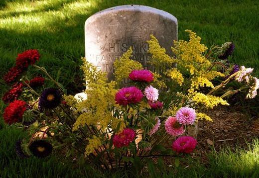 """Bạn có bao giờ thắc mắc vì sao người ta lại đặt hoa trên mộ, vứt hoa xuống huyệt? Theo người xưa, họ cho rằng như vậy thì linh hồn của người chết sẽ không thể """"trèo"""" ra khỏi mộ để đi lang thang trong cuộc sống thực, hay hoa xoa dịu linh hồn người chết... Tuy nhiên, các nhà khoa học cho biết do trước đây, việc ướp xác, khử mùi xác chưa phát triển nên việc vứt hoa chỉ để khử mùi và thói quen đó vẫn tiếp diễn cho đến ngày nay. (Ảnh: Internet)"""