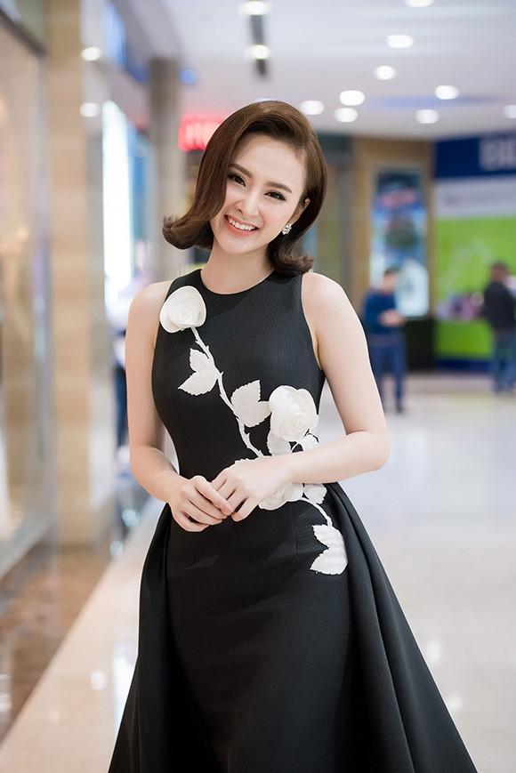 Chọn tông trang điểm tự nhiên, nhẹ nhàng nhưng Angela Phương Trinh vẫn toát lên sức quyến rũ đến lạ kì.