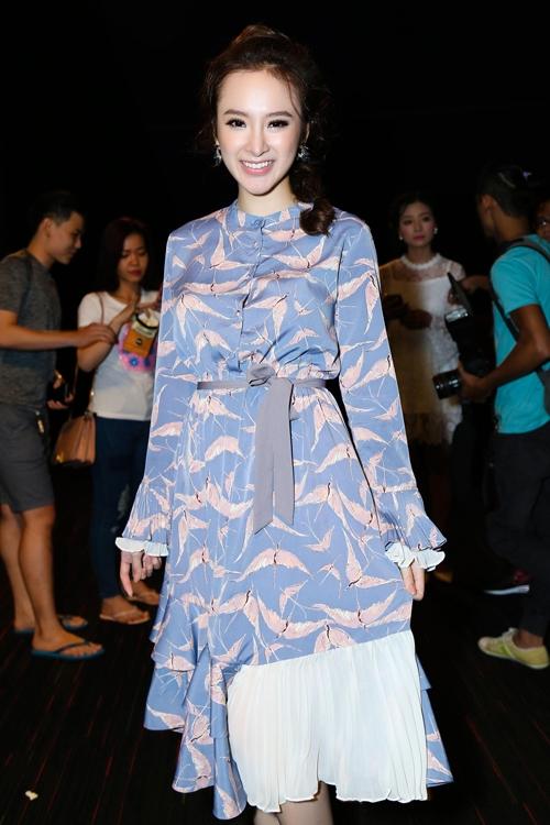 Angela Phương Trinh hóa thân thành quý cô cổ điển trong chiếc váy có tông màu pastel nhẹ nhàng, ngọt ngào. Chi tiết xếp li ngay chân váy tạo điểm nhấn lạ mắt.