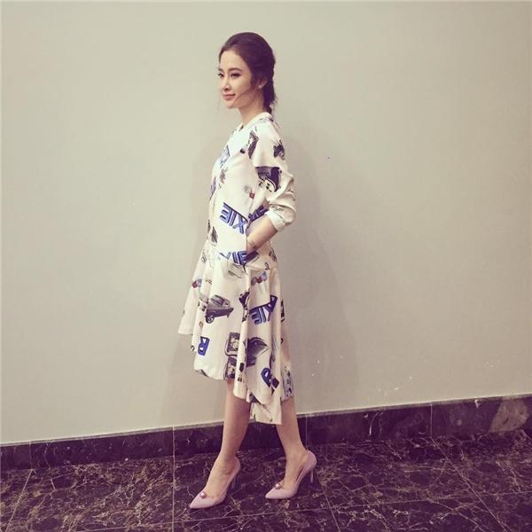Với trang phục đời thường, Angela Phương Trinh đơn giản nhưng không hề đơn điệu. Những họa tiết cùng tông màu ngọt ngào luôn mang đến vẻ ngoài trẻ trung, năng động cho bà mẹ nhí.