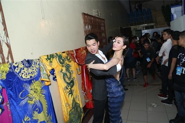 Fan thích thúkhi cứng kiếnKhánh My khiêu vũ cùng Trương Nam Thành trước giờ diễn. - Tin sao Viet - Tin tuc sao Viet - Scandal sao Viet - Tin tuc cua Sao - Tin cua Sao