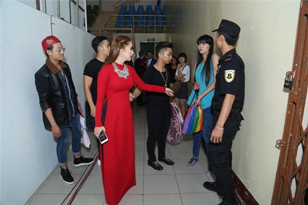 Khánh Thi - Phan Hiển xem xét đạo cụ trước khi chương trình bắt đầu. - Tin sao Viet - Tin tuc sao Viet - Scandal sao Viet - Tin tuc cua Sao - Tin cua Sao