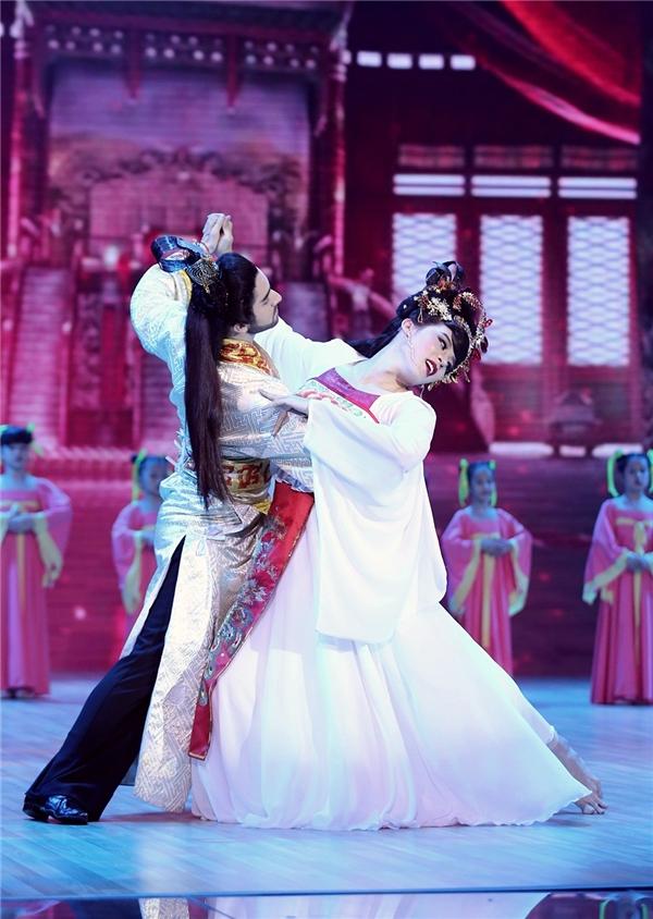 Những điệu khiêu vũ lả lướt là một trong nhiều điểm sáng của tiết mục. - Tin sao Viet - Tin tuc sao Viet - Scandal sao Viet - Tin tuc cua Sao - Tin cua Sao