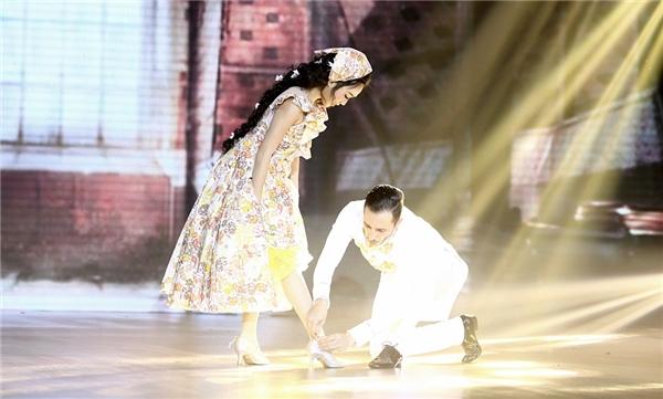Được hoàng tử trao trả giày, cô nàng mừng rỡ cùng hòa với chàng vào vũ điệu tình yêu. - Tin sao Viet - Tin tuc sao Viet - Scandal sao Viet - Tin tuc cua Sao - Tin cua Sao